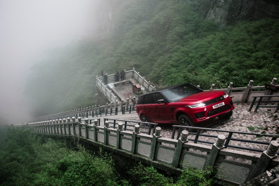 offroadxtreme.com Range Rover PHEV Climbs to Heaven's Gate