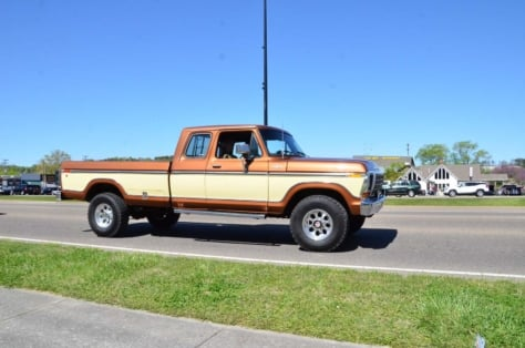 fords-take-over-the-strip-at-the-pigeon-forge-rod-run-2018-04-23_23-43-28_437959