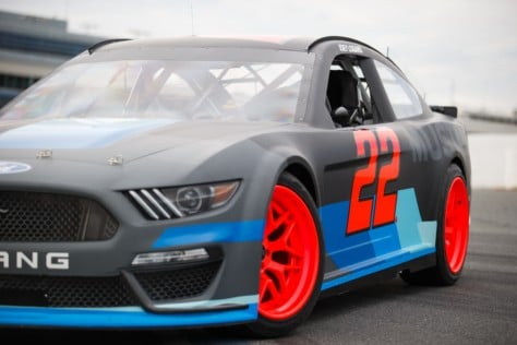 logano-gittin-welcome-the-nascar-mustang-with-a-big-smoky-drift-2018-12-13_23-44-51_327748